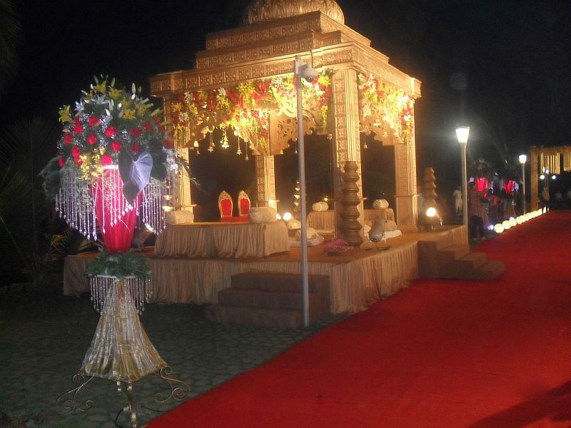 Беседка для молодых по обычаю на индийской свадьбе
