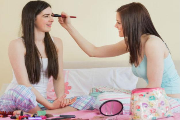 девушки наносят пудру друг другу