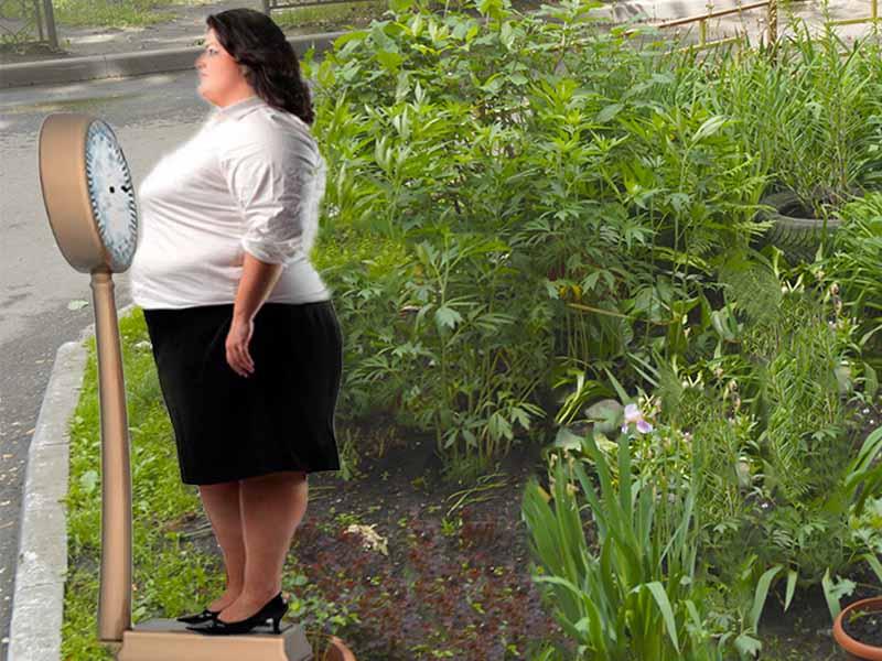 девушка контролирует избыточный вес