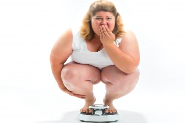 женщина определяет избыточный вес