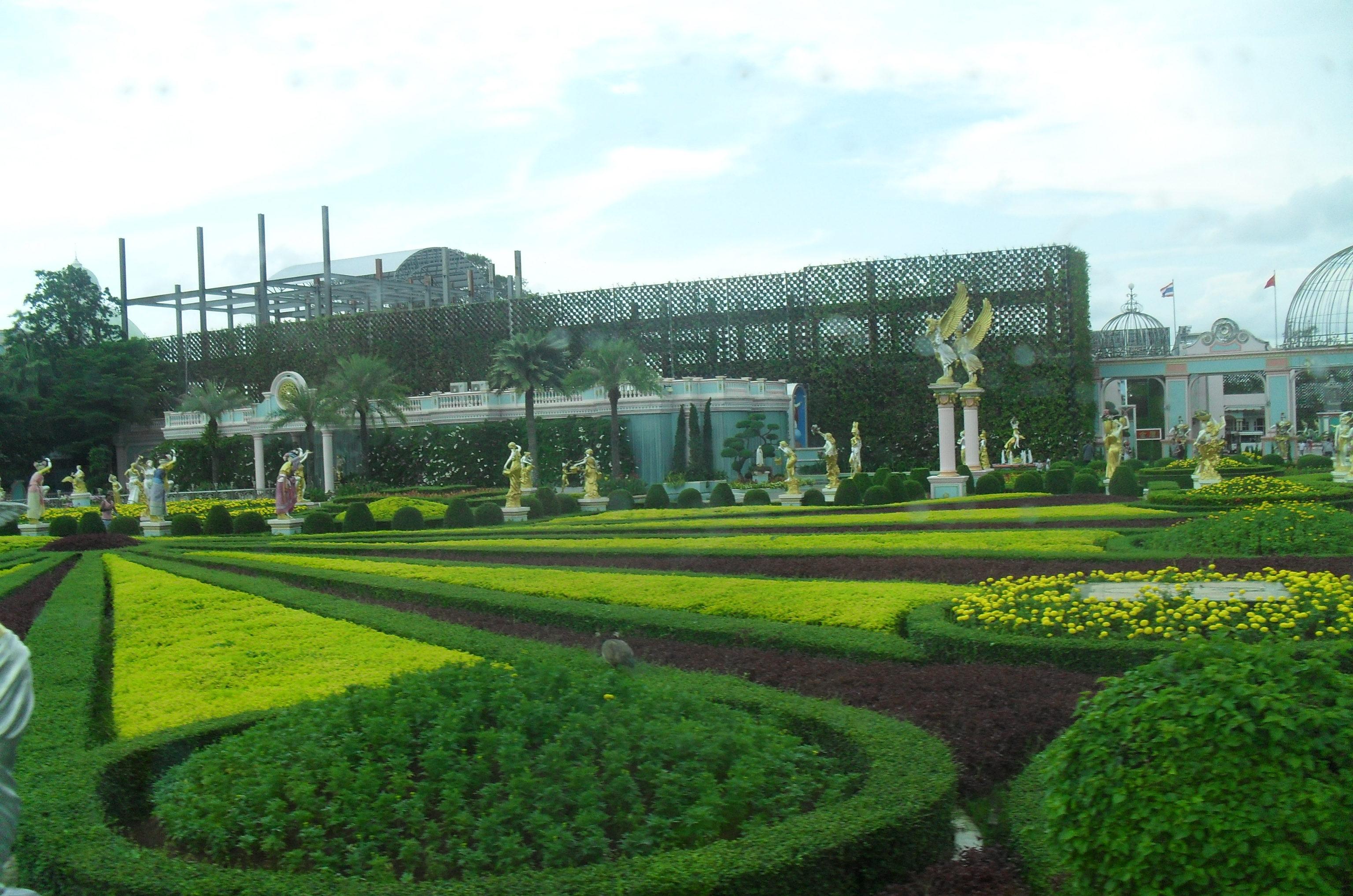 территория дворца куриного короля Баан Сукхавади