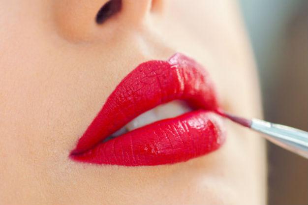 завершаем красивый макияж покраской губ помадой