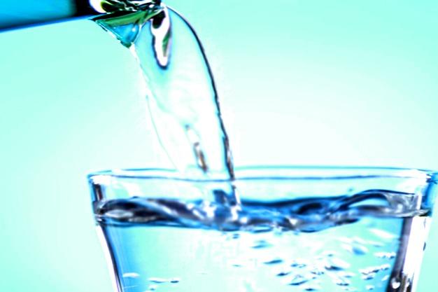 вода наливается в стакан