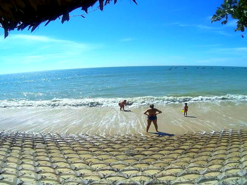 Пляж возле нашего отеля в Муйне