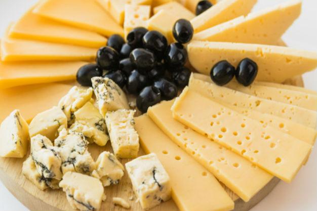Сыр с оливками отлично подходит для рецептов меню кето диеты