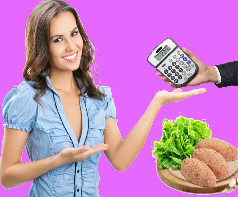 девушка берет калькулятор готовых блюд