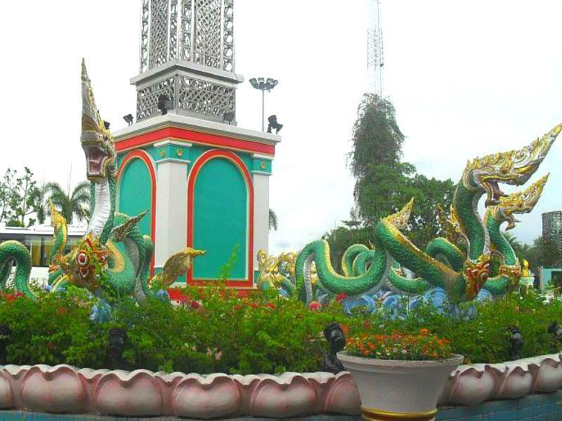 клумба рядом с дворцом короля кур Таиланд
